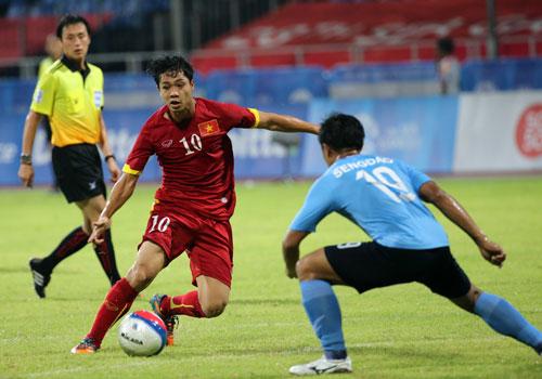 Công Phượng đang nỗ lực để có thể chơi tốt cả ở vị trí không phải sở trường  Ảnh: Quang Liêm