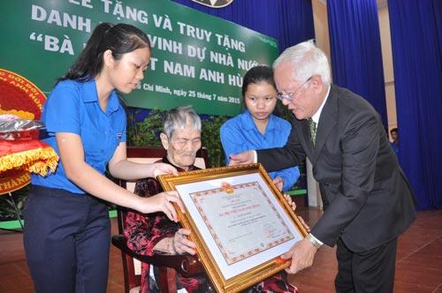 Chủ tịch UBND TP HCM Lê Hoàng Quân trao tặng danh hiệu vinh dự nhà nước Mẹ Việt Nam anh hùng cho mẹ Nguyễn Thị Trình, ngụ tại xã Đông Thạnh, huyện Hóc Môn