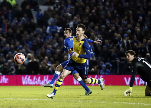 Sam Baldock ghi bàn trước sự bất lực của Koscielny và thủ môn Sczcesny