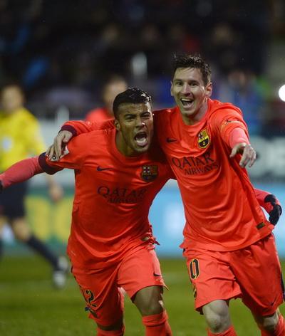 Messi và Rafael sau bàn mở tỉ số từ chấm 11m cho Barca