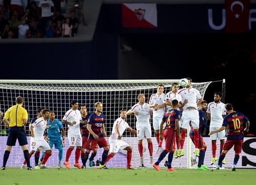 Messi hoàn tất cú đúp từ chấm đá phạt