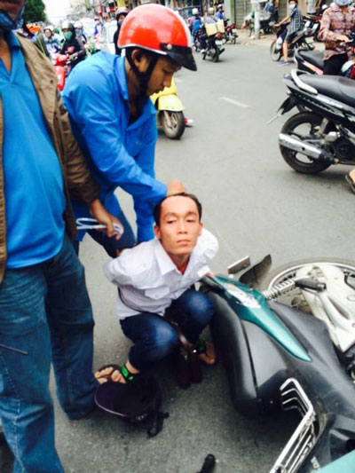 Người dân cùng trinh sát hình sự bắt một đối tượng cướp giật tài sản trên đường Cách Mạng Tháng Tám, quận Tân Bình, TP HCM vào chiều 12-12-2014