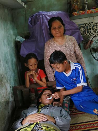 Bà Nguyễn Thị Côi cùng 2 cháu nội bên con dâu đang bị bệnh ung thư máu