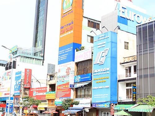Đường Điện Biên Phủ (ngã tư Hàng Xanh, quận Bình Thạnh, TP HCM) có hàng chục biển hiệu che khuất mặt tiền nhà