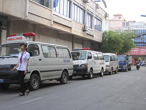 """Người đi bộ bị """"ép"""" ra giữa lòng đường do 4 chiếc ô tô chễm chệ trên đường Đặng Thái Tân (phường 11, quận 5)"""