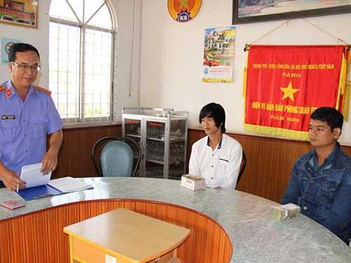 Đại diện VKSND tỉnh Sóc Trăng trao tiền bồi thường cho 2 trong 7 thanh niên bị oan sai trong vụ án giết tài xế xe ôm ở huyện Trần Đề