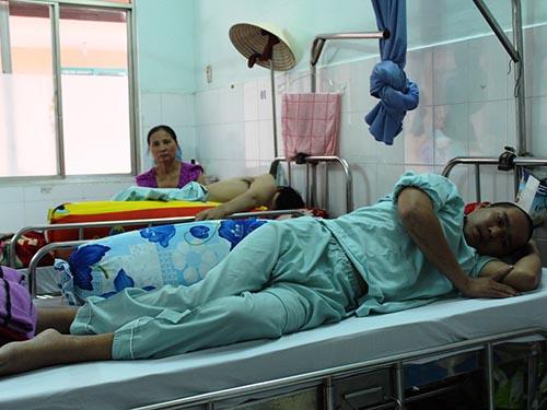 Chủ thầu bỏ mặc anh Huỳnh Văn Ri sau khi anh bị tai nạn lao động và phải điều trị với chi phí hàng trăm triệu đồng