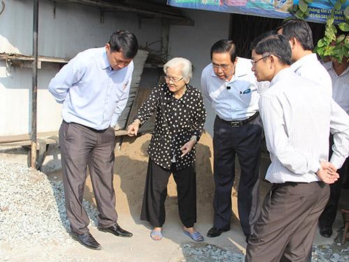 Đoàn giám sát lắng nghe ý kiến người dân ở phường Tân Thới Hiệp, quận 12, TP HCM