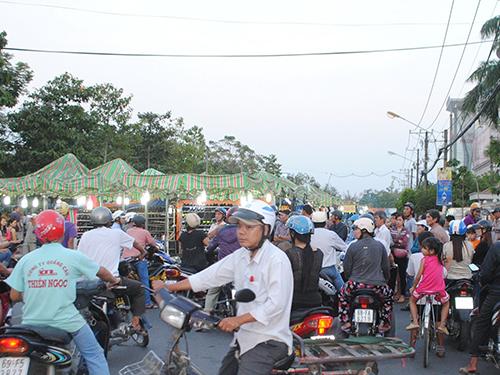 Chợ đêm Cà Mau họp giữa lòng đường gây cản trở giao thông