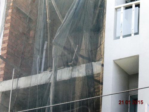 Đến ngày 21-1, công trình xây dựng nhà của ông Hùng vẫn dang dở nhưng thông báo ngày 19-1 của TAND quận Gò Vấp lại cho rằng đang trong giai đoạn hoàn thiện