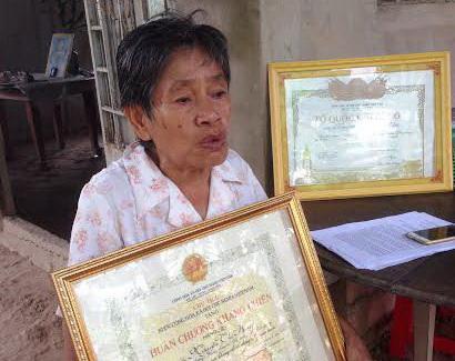 Bà Nguyễn Thị Hai với Huân chương Kháng chiến hạng 3