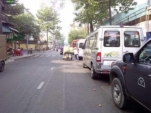 Ô tô đỗ lấn ra gần giữa đường Đào Duy Từ, quận 10, TP HCM Ảnh: Sỹ Đông