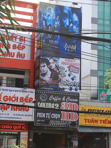 Căn nhà 593 Hoàng Văn Thụ (phường 4, quận Tân Bình) xây theo dạng nhà ống, hai bên không có lối thoát hiểm nào khác trong khi lan can bị bọc kín bởi biển quảng cáo