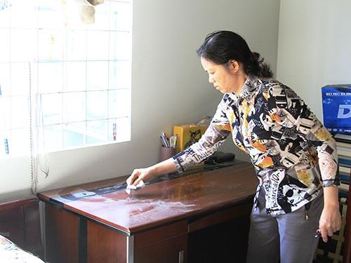 Bụi từ chi nhánh Công ty TNHH Dệt may Tấn Minh (1/2 Nguyễn Văn Bứa) bám đầy vật dụng trong nhà bà Nguyễn Thị Nhạnh