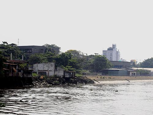 Bờ kè kênh Thanh Đa, phường 27, quận Bình Thạnh, TP HCM vẫn còn nham nhở