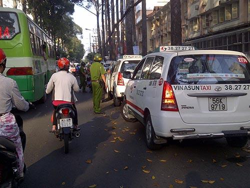Lực lượng chức năng kiểm tra ô tô đậu trên đường Nguyễn Thị Minh Khai (quận 1)