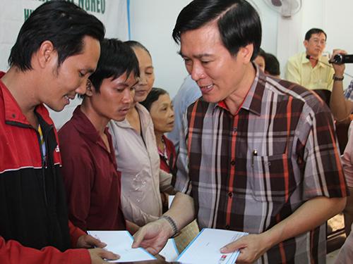 Ông Đặng Tuấn Tú, Giám đốc Cảng Hàng không quốc tế Tân Sơn Nhất, tặng quà các gia đình có hoàn cảnh khó khăn