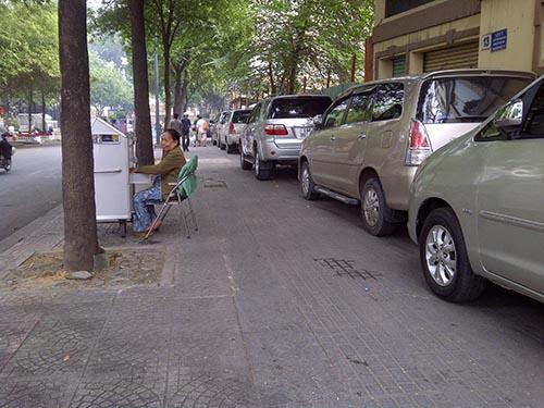 Hơn chục chiếc ô tô ngang nhiên đỗ kín trên vỉa hè đường Lý Tự Trọng (đoạn từ đường Chu Mạnh Trinh đến Tôn Đức Thắng, quận 1)