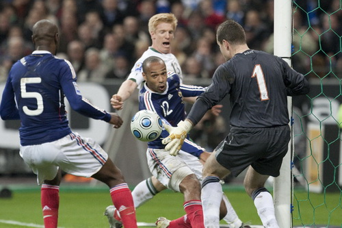 ... trước khi Williams Galllas (5) ghi bàn ở hiệp phụ trận lượt về