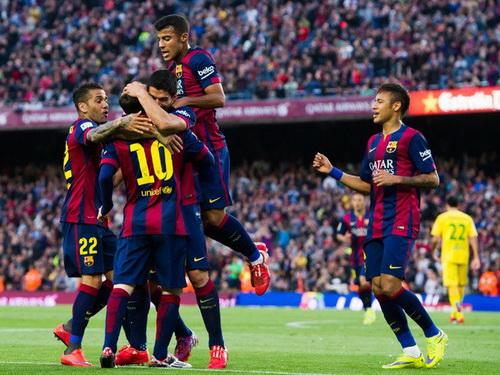 Messi và đồng đội vui mừng sau bàn mở tỉ số từ rất sớm