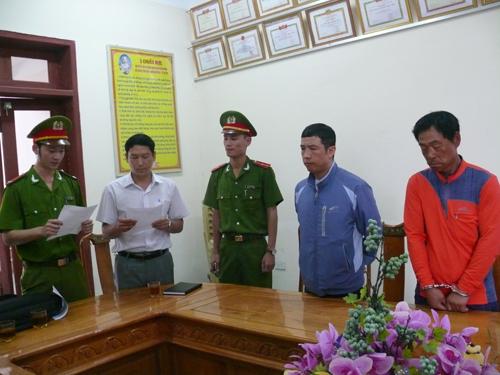 Cơ quan Cảnh sát điều tra đọc lệnh bắt tạm giam đối với ông Lee Jae Myeong (bìa phải) và Kim Jong Wook (thứ 2 từ phải qua)
