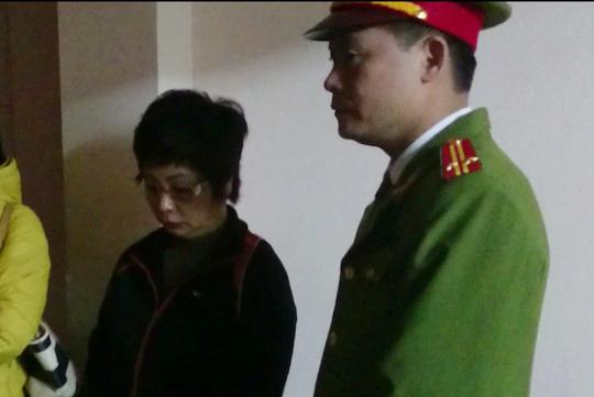 Bà Châu Thị Thu Nga được lực lượng công an dẫn giải khỏi nhà vào tối ngày 7-1
