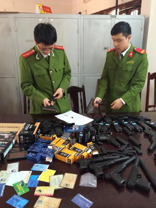 Số súng ngắn bắn đạn bi, dùi cui điện và thuốc kích dục bị công an bắt giữ
