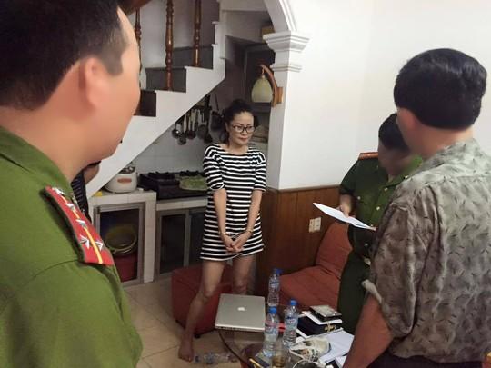 Lực lượng C45 tiến hành bắt giữ Trần Thị Hương Giang, một đối tượng trong tập đoàn Thánh cô cô bóc(giữa) trước đó - Ảnh: Facebook