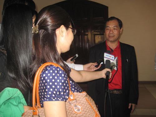 Ông Trầm Bê - Phó chủ tịch Hội đồng quản trị Sacombank trả lời phỏng vấn báo chí