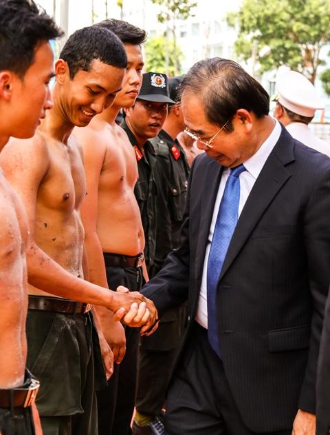 Xem xong, ông Mai Thế Trung, Bí thư Tỉnh ủy Bình Dương, cũng bất ngờ về độ rắn chắc của thân thể các chiến sĩ trẻ