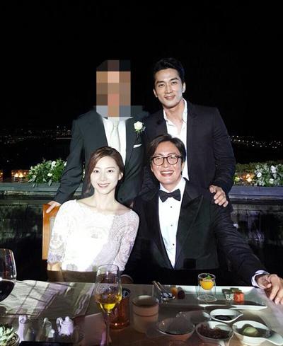 Ảnh cưới hiếm hoi của Bae Yong Joon do Song Seung Hun công bố
