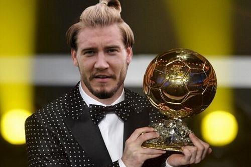 Bendtner và ảnh ghép với Quả bóng vàng FIFA