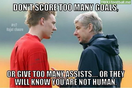 Ảnh chế HLV Wenger khuyên Bendtner không ghi bàn hay chuyền bóng nhiều