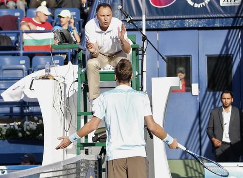 Berdych tranh cãi với trọng tài ở trận đấu với Bolelli