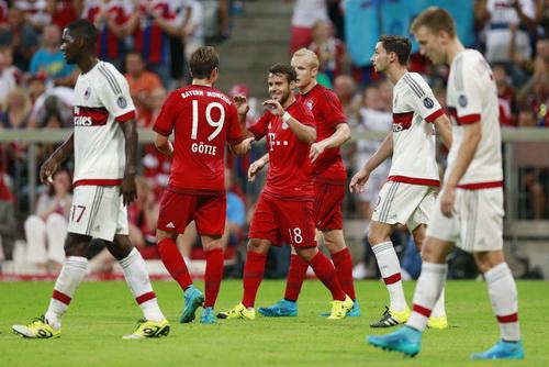 Juan Bernat (giữa) mở tỉ số cho Bayern