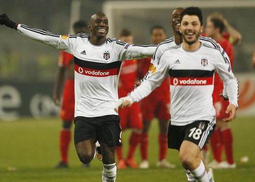 Demba Ba (trái) vui mừng với đồng đội ở Besiktas