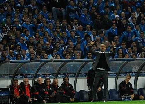 Bác sĩ Muller-Wohlfahrt (ngồi, thứ tư từ trái sang) ở trận đấu với Porto