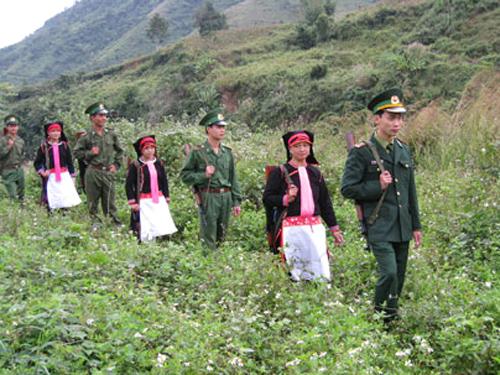 Bộ đội biên phòng cùng đồng bào dân tộc đang tuần tra bảo vệ biên giới tại tỉnh Lai Châu - Ảnh: Biên phòng