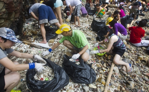 Các tinh nguyện viên gom rác thải nhựa ở ven biển Hồng Kông. Ảnh: SCMP