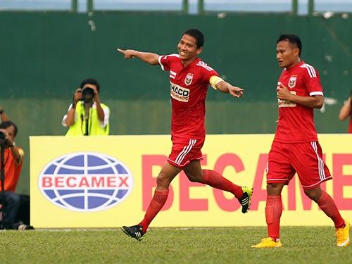 Anh Đức (trái) và đồng đội quyết thắng Hà Nội T&T để trở lại ngôi đầu bảng V-League 2015  Ảnh: Quang Liêm