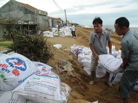 Người dân Bình Định lo đối phó với cơn vào số 4 hồi tháng 11-2014 - Ảnh: H.Ánh