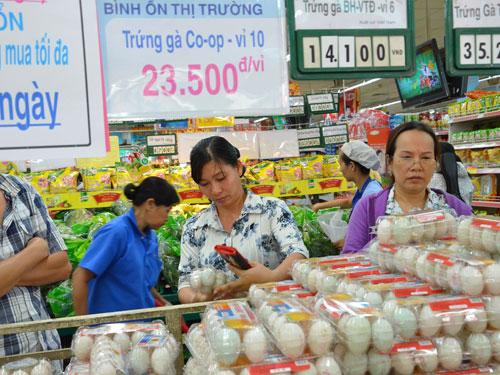 Khách hàng mua trứng gà bình ổn giá tại Co.opmart Nguyễn Đình Chiểu (TP HCM). Ảnh: TẤN THẠNH