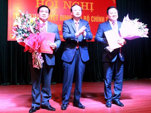 Trưởng Ban Tổ chức Trung ương Tô Huy Rứa (giữa) trao Quyết định của Bộ Chính trị và tặng hoa chúc mừng các ông Hà Ngọc Chiến (trái) và Nguyễn Hoàng Anh (phải). Ảnh: Báo Cao Bằng