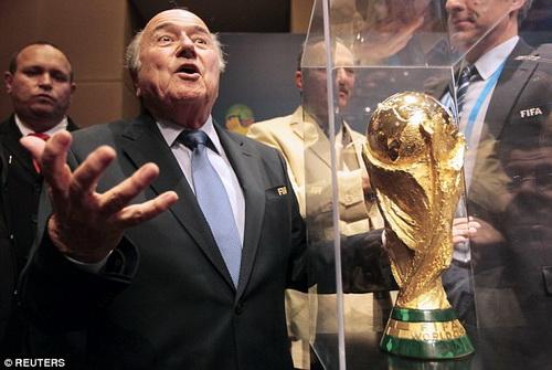 Cựu chủ tịch FIFA Sepp Blatter bên chiếc cúp vô địch thế giới