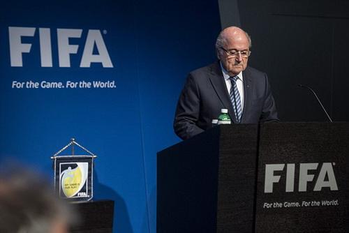 Sepp Blatter tuyên bố từ chức chỉ 4 ngày sau khi tái đắc cử chủ tịch FIFA