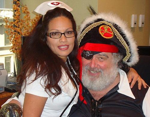 Chuck Blazer trong tấm ảnh riêng tư tạo dáng cướp biển
