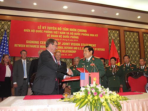 Bộ trưởng Bộ Quốc phòng Phùng Quang Thanh và Bộ trưởng Quốc phòng Mỹ Ashton Carter ký Tuyên bố Tầm nhìn chung về quan hệ quốc phòng vào ngày 1-6-2015  Ảnh: DƯƠNG NGỌC