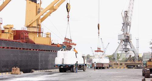 Tại Cảng Gò Dầu (Đồng Nai), tàu mang quốc tịch Thái Lan, đã cập cảng nhận lô hàng alumin 16.000 tấn của Việt Nam xuất khẩu đi Trung Quốc qua Công ty thương mại Marubeni (Nhật Bản). Ảnh tư liệu của KTV