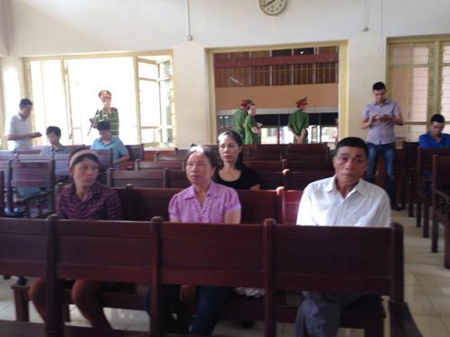 Ông Lý Văn Chúc (bố bị cáo Lý Nguyễn Chung, bìa phải) tại tòa