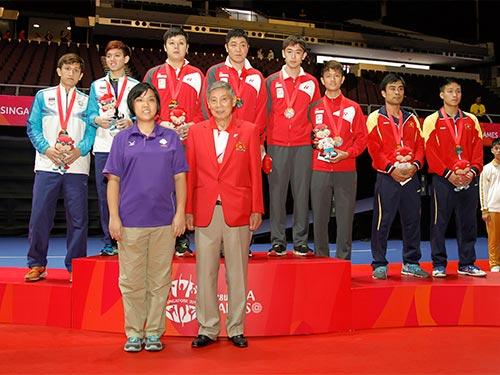 Tuấn Quỳnh và Anh Tú (bìa phải) trên bục nhận huy chương tối 2-6 Ảnh: REUTERS
